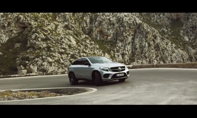 Vídeo: Lewis Hamilton testa novo Mercedes GLE Coupé, concorrente do BMW X6